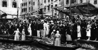 1932 L'arrivo delle prime due imbarcazioni a Rialto