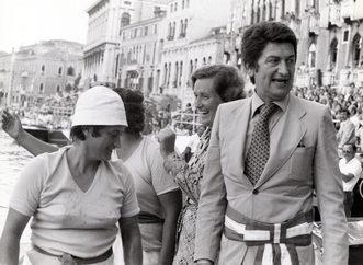 1977 Giuseppina Carrara e Margherita Citon vengono premiate dal sindaco Rigo e dall'onorevole Anselmi