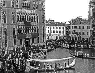 """1881 Gli equipaggi vincitori vengono premiati davanti alla """"machina"""" dalle autorità presenti (foto Naya)"""