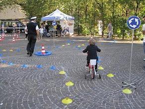 foto di bambino che utilizza il circuito predisposto dalla polizia municipale