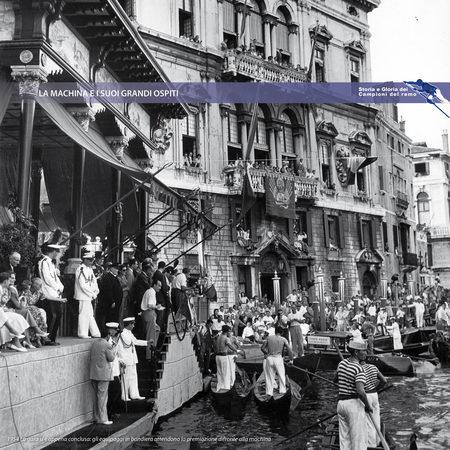 """1954 La gara si è appena conclusa: gli equipaggi in bandiera attendono la premiazione difronte alla """"Machina"""""""
