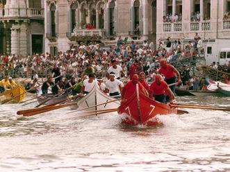 1985 Una fase della regata delle Caorline: conduce l'arancio di Burano che poi vincerà la gara davanti al bianco del Lido. Segue il verde di Pellestrina II che all'arrivo sarà preceduto dal viola di Pellestrina I