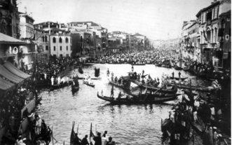 1912 La Regata si è da poco conclusa: le barche invadono il Canal Grande per assistere alla premiazione dei vincitori
