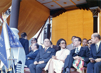 """1972 Una immagine della """"Machina"""": a fare gli onori di casa a Donna Vittoria, consorte del presidente della Repubblica Leone, è il sindaco di Venezia Giorgio Longo"""