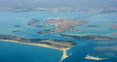 Vista dall'alto di Venezia, della laguna e del territorio.