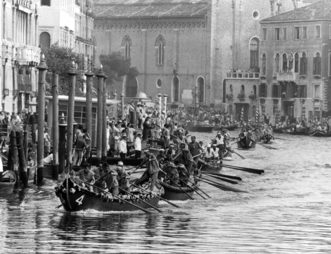 1971 Una spettacolare immagine della regata delle Caorline: all'arrivo il bianco di Pellestrina precederà il celeste del Lido di soli 6 secondi