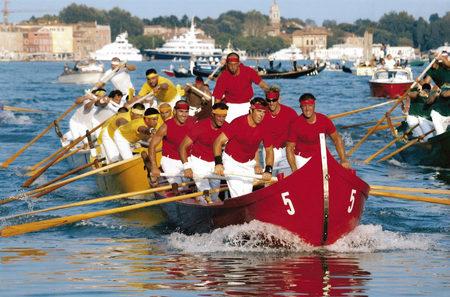 2002 Le prime quattro classificate della regata delle Caorline, in ordine il rosso di Burano 1, il canarin di Pellestrina, il bianco di Jesolo e il verde di Malamocco