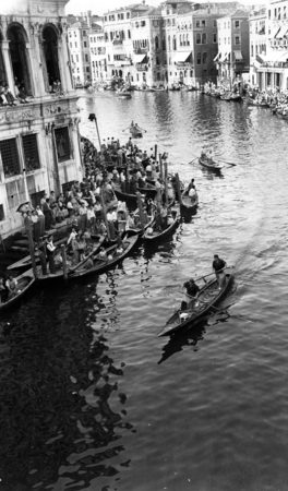 1953 Regata delle donne, l'equipaggio di Maria e Teresina Boscolo ormai lanciato verso la vittoria