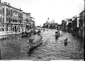 """1893 Il corteo della Regata in Canal Grande: in primo piano la   bissona """"Nettuno"""""""