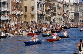 """1981 La regata delle donne è al rush finale: il celeste di  Rosella Busato """"Pavero"""" e Nadia Donà """"Padovana"""" vola verso la vittoria"""
