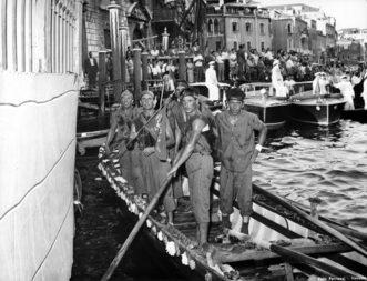 1955 L'equipaggio di Lio Piccolo, vincitore della   Regata delle Caorline