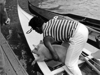 """1966 Operazioni di imbarco per il maialino, appannaggio dei quarti classificati, Palmiro Fongher e Giannino Vianello """"Testacalda"""""""