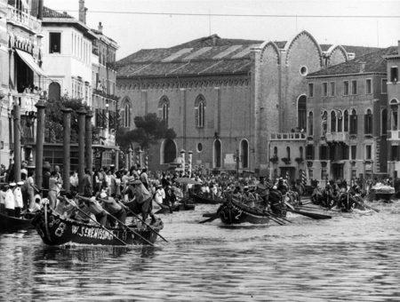 1969 Regata delle Caorline. L'equipaggio di   Sant'Erasmo è già davanti a tutti: sul traguardo   procederà Pellestrina, Sant'Elena e Vignole