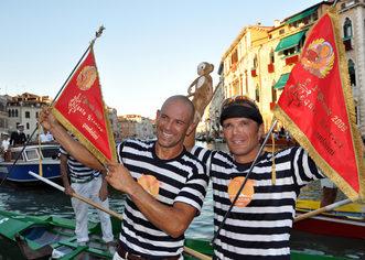2009 I cugini Igor e Rudi Vignotto alzano al cielo l'ennesima bandiera rossa