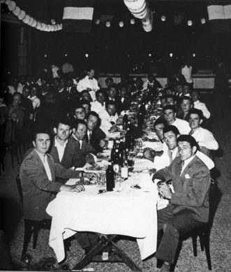 """1955 Un momento del """"disnar"""" dei regatanti"""