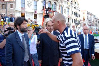 2007 E' il momento della lite tra Igor Vignotto e il sindaco Cacciari.  Il primo, furibondo, getterà in Canal Grande le bandiere e subirà per questo una lunga squalifica