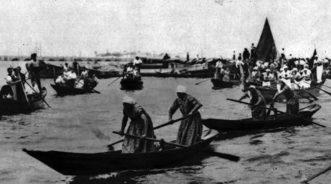 1932 Regata delle donne: le imbarcazioni hanno appena girato il paleto posto poco oltre l'isola di San Secondo