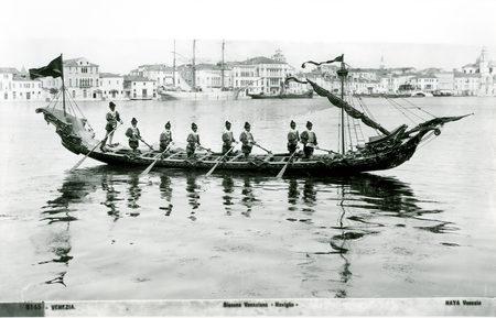 """1895 Per la prima volta fa la sua apparizione in Canal Grande la bissona """"Naviglio"""""""