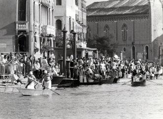 1977 La regata delle Donne torna in Canal Grande dopo ben 23 anni. In testa il viola di Citon-Carrara