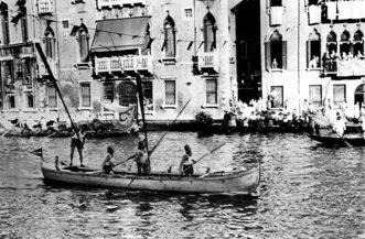 """1951 L'equipaggio del Cavallino, taglia vittorioso il traguardo della gara delle Caorline a 5 remi (da pesca a """"seraga""""), che fa il suo debutto nella Regata Storica1951 L'equipaggio del Cavallino, taglia vittorioso il traguardo della gara delle Caorline a 5 remi (da pesca a """"seraga""""), che fa il suo debutto nella Regata Storica"""