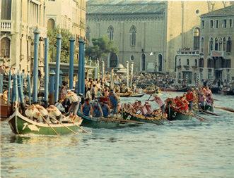 1972 Regata delle Caorline: all'entrata in Canal Grande è ancora in testa l'equipaggio delle Vignole, che verrà presto scavalcato sia da Pellestrina che dal Lido