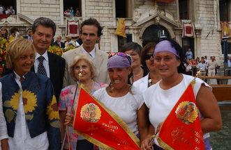 """2005 Le vincitrici della regata delle Donne, Gloria Rogliani e Debora Scarpa, posano sulla """"machina"""" con la bandiera rossa"""