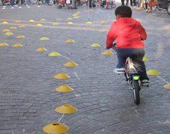 bambino che percorre in bicicletta il percorso