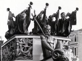 1975 Gli araldi con le trombe annunciano il passaggio del corteo   storico