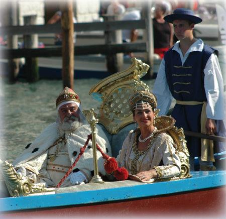 """2006 Un bel primo piano del """"doge"""" e della """"regina di cipro"""" Caterina   Cornaro. La Regata Storica rievoca infatti la regata tenutasi in   onore di quest'ultima al suo ritorno a Venezia nel 1489"""