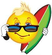 Immagine di un sole con occhiali e surf