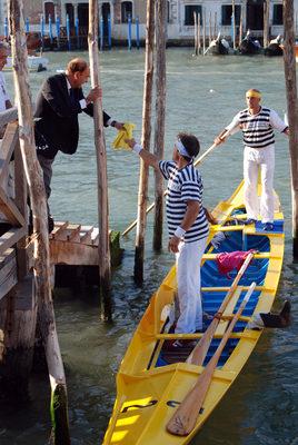 """2007 L'assessore Salvadori consegna ufficialmente fasce e fazzoletti alla coppia Luca Quintavalle """"Mussato"""" e Vito Redolfi Tessat"""