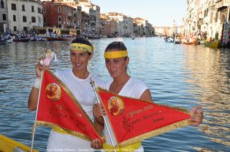 2009 Luisella Schiavon e Giorgia Ragazzi mostrano sorridenti la bandiera rossa del primo posto