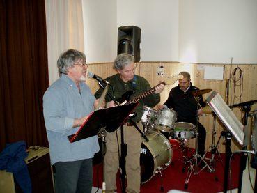 immagine stanza prove con gruppo musicale