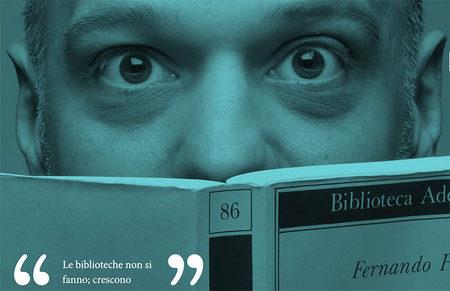 banner promozionale con foto di uomo che legge Una sola moltitudine di Fernando Pessoa