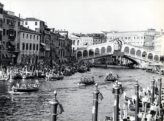 1961 Regata delle Caorline: le imbarcazioni hanno già   superato il ponte di Rialto e stanno per lanciare lo   sprint finale. Vincerà l'equipaggio di Treporti