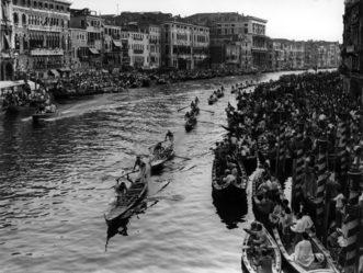 """1957 Regata dei campioni: I fratelli Palmiro e Giuseppe Fongher """"Bepi"""" primi anche sotto il ponte di Rialto"""
