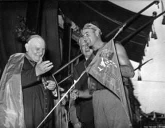 1955 Il patriarca Roncalli, futuro Papa Giovanni XIII, premia l'equipaggio di Lio Piccolo, primo nelle Caorline