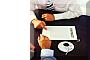 tavolo con documenti e due persone che discutono