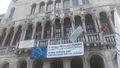 Striscione su Palazzo Farsetti a Rialto